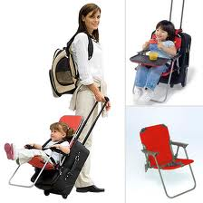 Cadeirinha que se adapta a mala de viagem, funcional.