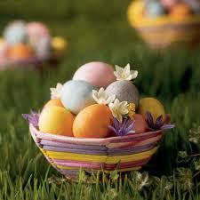 Uma cesta de ovos coloridos e decorados. O ovo representa nascimento, vida.