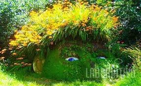No exterior de uma casa de campo em Cornwall, perto de uma aldea de pescadores de Mevagissy os jardins vitorianos são restaurados a sua antiga gloria.