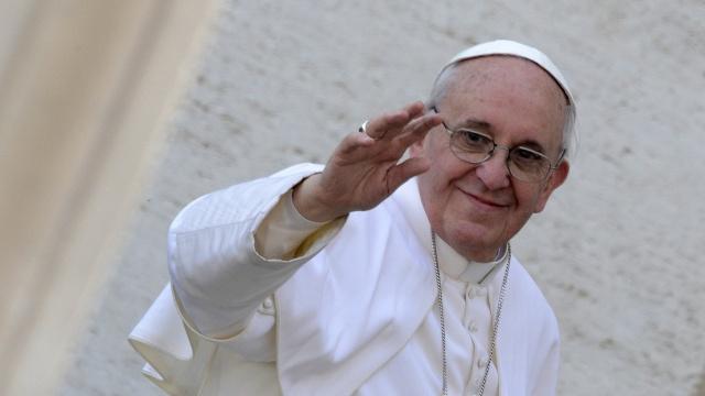 Papa Francisco vai abençoar designer que fizer melhor capa para fanpage da Rádio Vaticano no Brasil