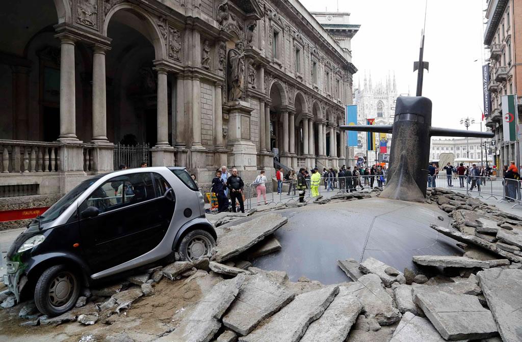Um submarino no meio da rua em Milão!