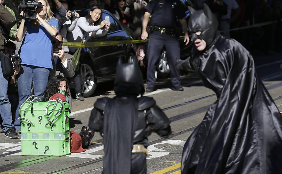 Batkid chega para salvar dama em perigo
