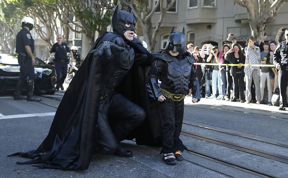 Batman e Batkid se preparam para combater o crime nas ruas de Gotham City; São Francisco transformou-se na cidade fictícia para realizar desejo da criança, que teve leucemia