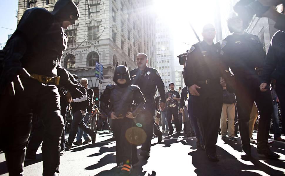 Policiais acompanham o Batkid após prisão do Charada