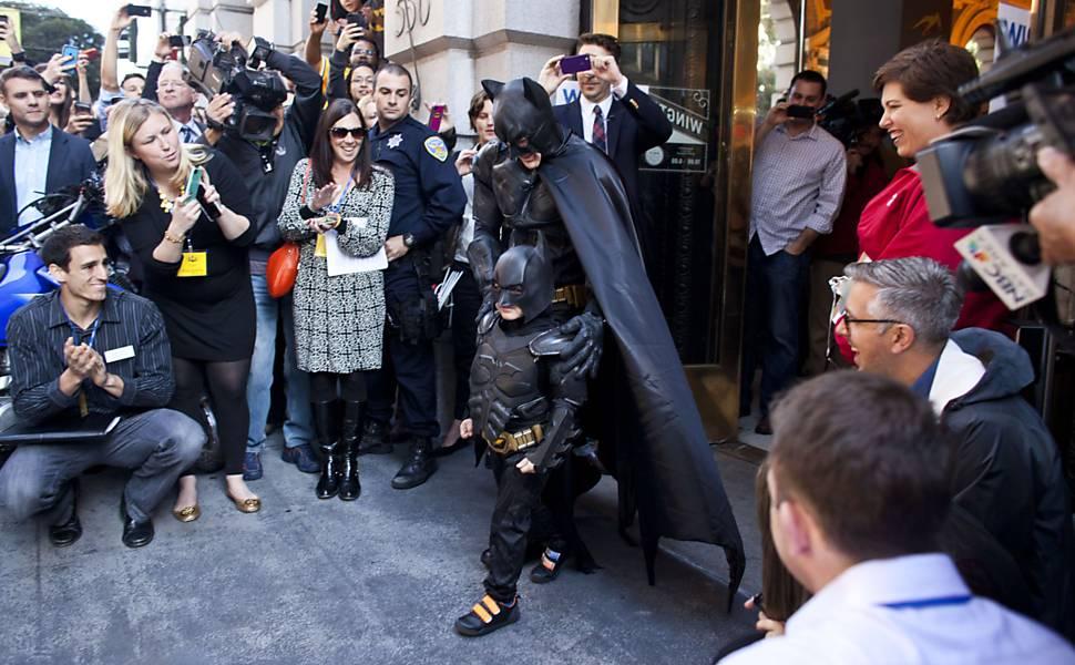 Batkid e Batman são aplaudidos após prender Charada, que promovia roubo a banco