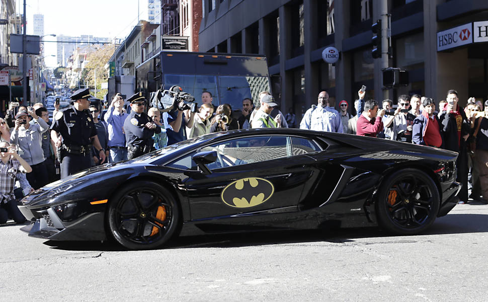 Multidão acompanha Batkid e Batman, que andam de Batmóvel pelas ruas de São Francisco