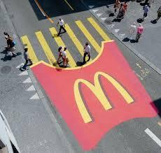 Sensacional a tirada do McDonalds, aproveitando a faixa de pedestre.