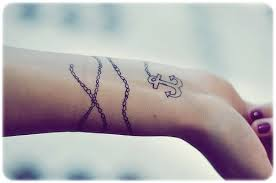 Tatuagens femininas pequenas e delicadas.