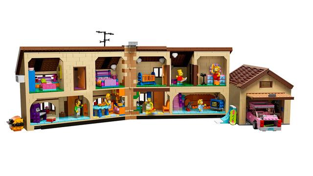 O brinquedo teria mais de 2.500 peças para formar todos os cômodos da famosa casa, a garagem, o carro e miniaturas da família inteira, incluindo o vizinho Ned Flanders.