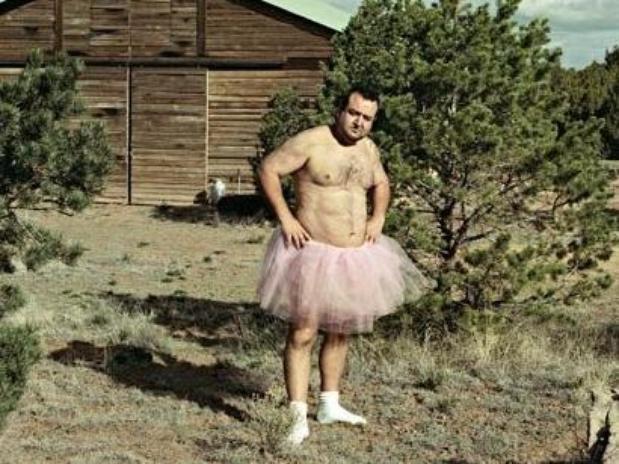 Bob Carey es un estadounidense que tras enterarse que su esposa fue diagnosticada de cáncer de mama, decidió hacer sonreír  a la mujer que ama con graciosas fotos.