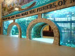 """Aquário na igreja IBCC (Inspiring Body of Christ Church) com o versículo """"Sigam-me, e eu os farei pescadores de homens"""""""