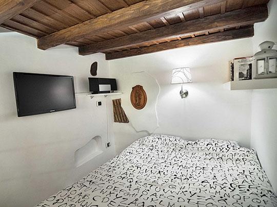 O Apartamento fica perto do Vaticano, junto à Praça de São Pedro, o espaço abandonado há quase 80 anos, foi comprado pelo designer e arquiteto em 2010, em mau estado de conservação, a estrutura ainda estava boa
