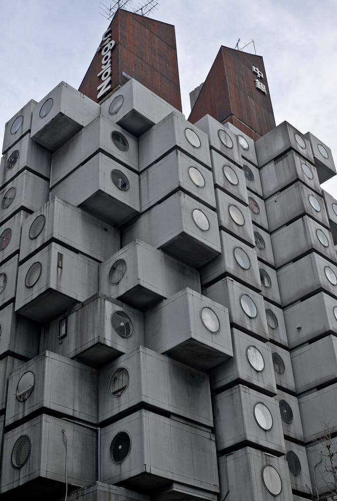 Este é o predio Nakagin Capsule Tower, que fica em Tóquio. Completamente composto de cápsulas.