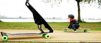 Um carro com um skate acoplado para o seu filho se divertir, quando chegar no parque.