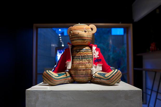 Esculturas a partir de shapes de Esculturas a partir de shapes de skate quebrados skate quebrados