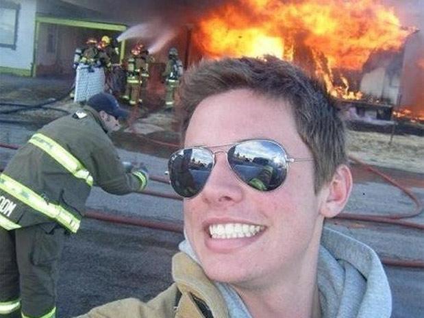 Emergência? Nada. Primeiro atualizar o perfil, depois ajudar os bombeiros.