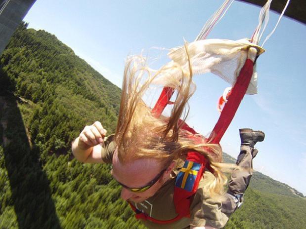 Nem o receio de perder o celular, faz o paraquedista desistir de um selfie