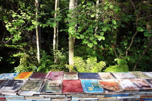 Jardim feito com livros e musgos