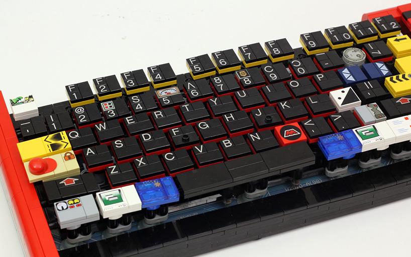 Teclado de computador feito de Lego