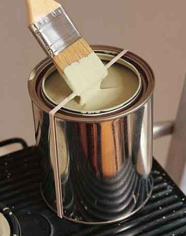 Coloque uma fita elástica ao redor da lata de tinta quando for pintar, para limpar o pincel e manter as bordas limpas