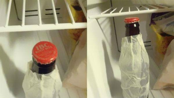Envolva um garrafa com um lenço de papel e coloque no congelador assim a bebida gelará em 10 minutos.
