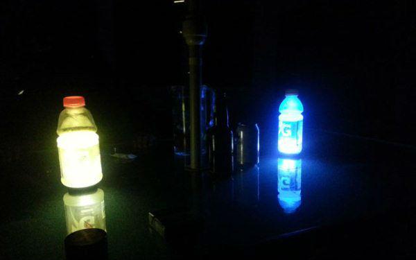 Para emergência, quando faltar luz, coloque seu celular atrás de uma garrafa plástica