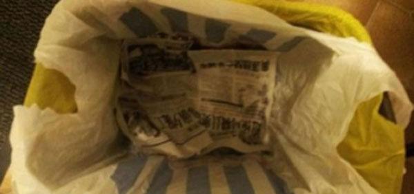 Coloque um jornal no fundo do cesto de lixo para absorver restos de sucos