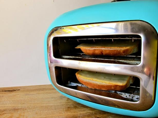 Quer esquentar o pão com queijo ? Vira a tostadeira de lado e use-a como um forninho