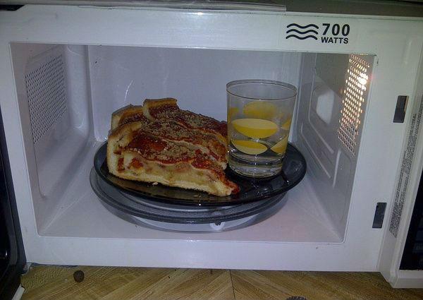 Coloque um copo de água no microondas, enquanto esquenta a pizza, ela ficará mais crocantemais simples
