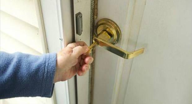 Faça alguma coisa usual quando for fechar as portas de casa, assim você associará as ações e não esquecerá de trancar a porta quando sair