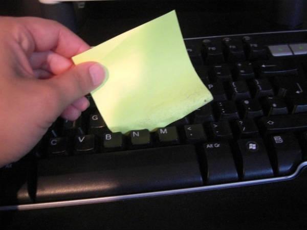 Antes de jogar o post it você pode usar a parte adesiva para limpar o teclado