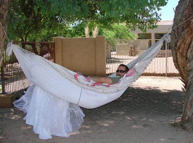 Uma rede confortável com o vestido de noiva