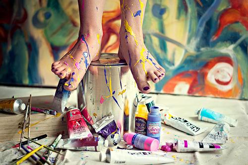 Faça arte. Pinte e Borde. Faça uma pausa para desenhar, pesquisas apontam que a melhor forma de estimular seu lado criativo do cérebro é desenhando. Então, de vez em quando dê uma pausa para desenhar algo, nem que seja para fazer um leve rabisco, não é a toa que designers tem a fama de serem bons desenhistas.