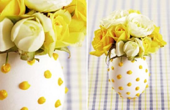 Detalhes de cola colorida na casca de ovo, dão um toque especial para um lindo arranjo