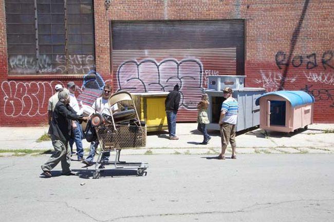 Artista usa Lixo para Criar Casas para Pessoas sem Teto