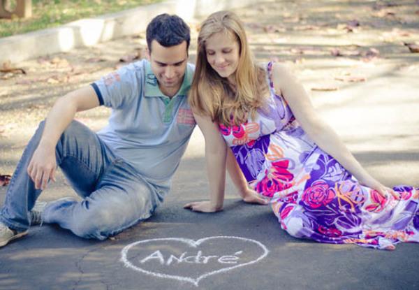 No chão  Escrever o nome do filhote no chão é uma boa maneira de variar.  Foto: Anna Grecco