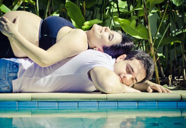 Bem confortável  Maridão fazendo o papel de almofada.  Foto: Anna Grecco