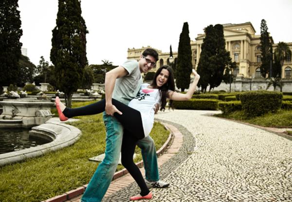 Nada muito posado  Escolher um lugar lindo ajuda no cenário das fotografias. Além disso, perceba como o casal está à vontade, brincando de fazer pose.  Foto: Nanda Ferreira