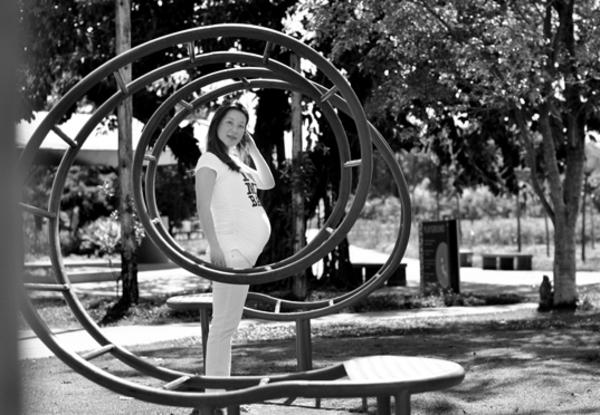 No parquinho  Outra dica boa é usar elementos do cenário para deixar a foto inusitada, como esta.  Foto: Estéfi Machado