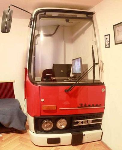 Ônibus Antigo Vira Escritório em Casa