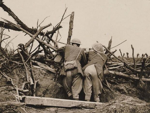 Soldados observam disparos da artilharia durante a Batalha do Somme