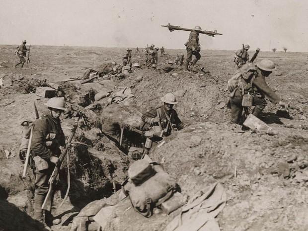 Tropas britânicas avançam durante a Batalha do Somme