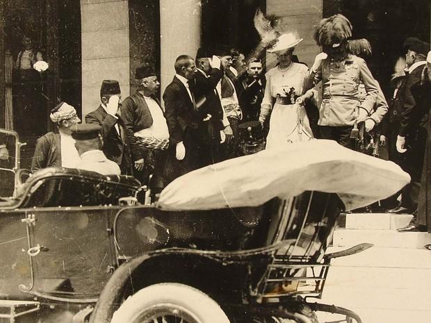 Francisco Ferdinando e sua mulher, Sofia, deixam a Prefeitura de Sarajevo
