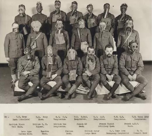 Soldados americanos posam com máscaras de gás