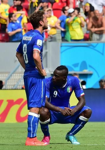 """Estranha essa """"conferida"""" do Balotelli no calção do Marchisio  Foto: Giuseppe Cacace"""