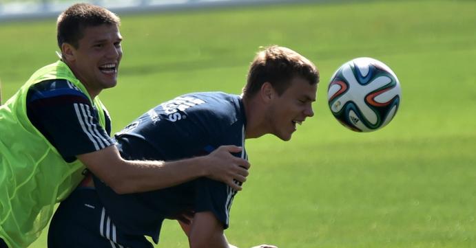 Igor Denisov e Alexander Kokorin treinam forte durante atividades da seleção russa em Itu  Foto: Kirill Kudryavtsev