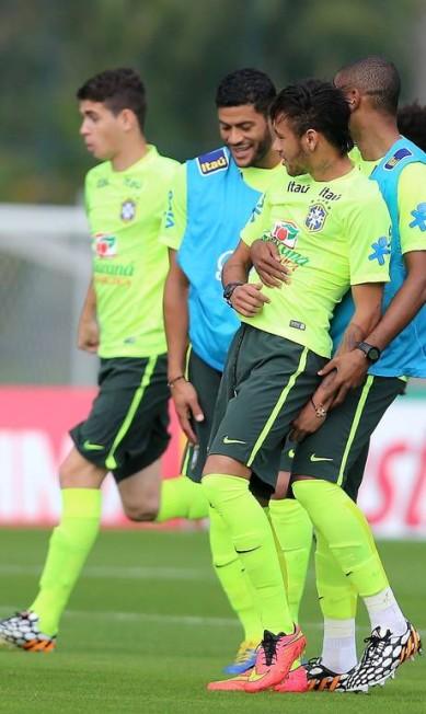 Fernandinho chama Neymar para dançar...  Foto: Marcelo Theobald