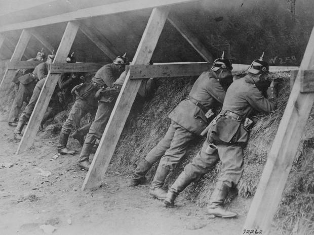 Soldados alemães defendem trincheira na fronteira com a Bélgica