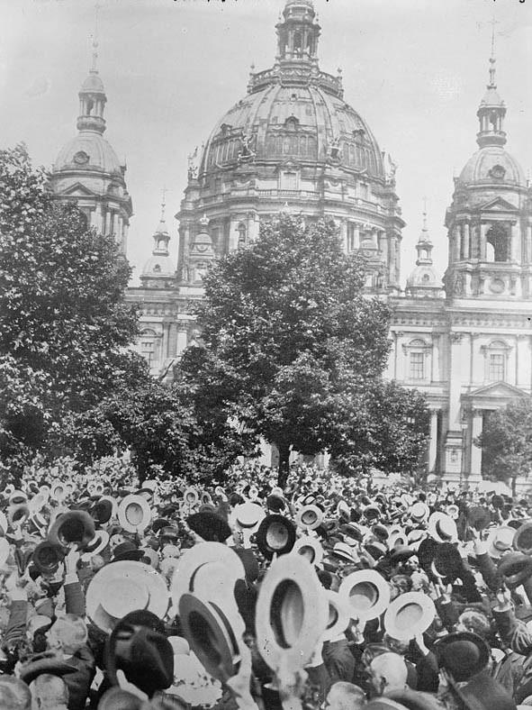 População celebra em Berlim declaração de guerra