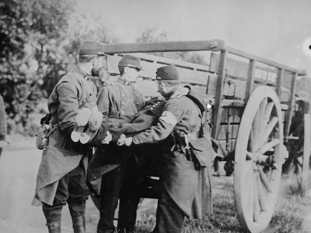 Soldados franceses recolhem corpo em cidade da Bélgica